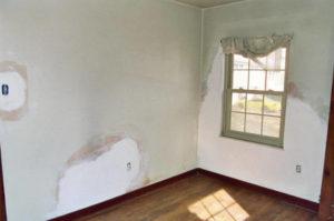 Reparation d'un mur avec du plâtre